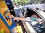 tiket-parkir-menggunakan-sistem-sensor-lambaian-tangan-tanpa-sentuh.jpg