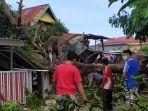 tim-dari-dinas-lingkungan-hidup-kebupaten-bantaeng-membersihkan-pohon-tumbang.jpg