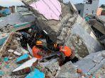 tim-k-9-mabes-polri-saat-melakukan-pencarian-korban-gempa-bumi-direruntuhan-rs-mitra-manakarra.jpg