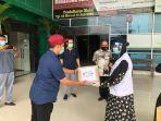 tim-relawan-fk-umi-salurkan-bantuan-alat-pelindung-diri-apd-untu-tenaga-kesehatan.jpg
