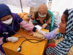 tim-rhc-melakukan-pemeriksaan-medis-kepada-pengungsi.jpg