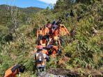 tim-sar-gabungan-mengevakusi-wawan-kurniawan-pendaki-yang-tewas-di-gunung-bawakaraeng.jpg
