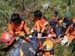 tim-sar-tengah-megevakuasi-jenazah-seorang-pendaki-di-gunung-bawakaraeng.jpg