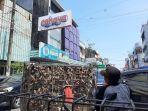 tradisi-fang-sheng-2200-burung-pipit-dilepas-di-depan-klenteng-kwan-kong-makassar.jpg
