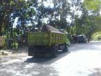 truk-pengangkut-tambang-melintas-di-jalan-poros-malino-kabupaten-gowa.jpg