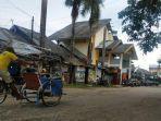 tukang-becak-melintas-di-depan-pasar-sentral-bulukumba-8102021.jpg