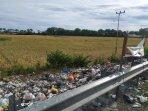 tumpukan-sampah-di-lokasi-yang-berada-tepat-di-perbatasan-desa-nipa-nipa-2.jpg
