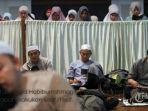 umat-islam-melakukan-itikaf-di-masjid-habiburrahman-pt-dirgantara-indonesia-pt-di.jpg