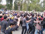 unjuk-rasa-sejumlah-mahasiswa-menuntut-plt-direktur-rsud-polewali-mandar.jpg