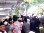 video-detik-detik-ratusan-pria-berpeci-demo-rumah-ibu-menkopolhukam-mahfud-md-di-pamekasan.jpg