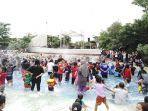 wahana-bermain-air-bugis-waterpark-adventure-dipadati-pengunjung.jpg