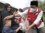wakil-bupati-luwu-utara-suaib-mansur-menyerahkan-bantuan-logistik-kepada-korban-banjir-11102021.jpg