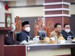 wakil-gubernur-sulawesi-selatan-andi-sudirman-sulaiman-membacakan-jawaban-gubernur-17112020.jpg