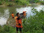 warga-bersama-tim-melakukan-pencarian-terhadap-agus-14-yang-tenggelam.jpg