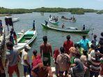 warga-dan-nelayan-setempat-membantu-evakuasi-korban-tennggelam-dari-perahu.jpg