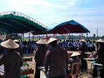 warga-dan-pemerintah-desa-bumiayu-kecamatan-wonomulyo-mempersiapkan-kedatangan-mentan-syl.jpg