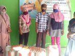 warga-desa-kanrung-memperlihatkan-bantuan-sosial-bpnt-1.jpg