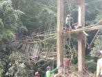 warga-desa-kariango-gotong-royong-membangun-jembatan-darurat-senin.jpg