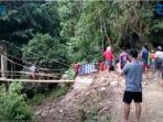 warga-desa-kariango-pinrang-yang-sakit-terpaksa-ditandu-melewati-jembatan-bambu1.jpg