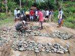 warga-desa-langi-kecamatan-bontocani-kabupaten-bone-memperbaiki-jalan-rusak.jpg