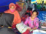 warga-desa-meli-surni-kanan-menerima-mi-instan-di-lokasi-pengungsian-desa-meli-382020.jpg