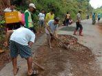 warga-gotong-royong-memperbaiki-jalan-poros-kawata-parumpanai-desa-parumpanai.jpg