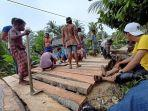 warga-kampung-baru-swadaya-memperbaiki-jembatan-di-kampungnya.jpg