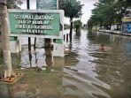 warga-melintasi-genangan-air-saat-banjir-melanda-di-kawasan-btp-blok-af-makassar-1.jpg