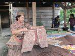 warga-memakai-dan-memperlihatkan-pakaian-tradisional-rampi-dari-kulit-kayu.jpg