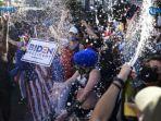 warga-new-york-bergembira-bersama-dengan-turun-ke-jalan-pada-sabtu-7112020.jpg