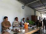 warga-saat-mendatangi-dinas-lingkungan-hidup-kabupaten-bone-sulawesi-selatan-senin-1492020.jpg