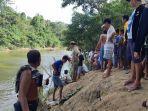 warga-sekitar-mengevakuasi-korban-tenggelam-di-sungai-tanru-tedong.jpg