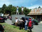 warga-unjuk-rasa-di-acara-syukuran-pemekaran-kecamatan-sabbang-selatan.jpg