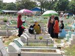 ziarah-kubur-di-tempat-pemakaman.jpg