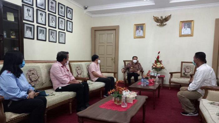 Panitia Rakerda PWI Sulut berbincang akrab dengan Pjs Gubernur Sulut, Agus Fatoni