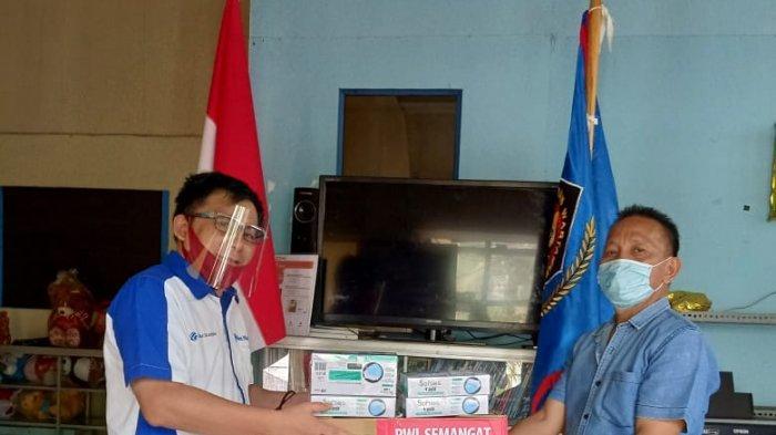 Ketua PWI Sulut, Voucke Lontaan dan Wakil Ketua Satu PWI Sulut, Aswin Lumintang saat menerima masker di Sekretariat PWI Sulut