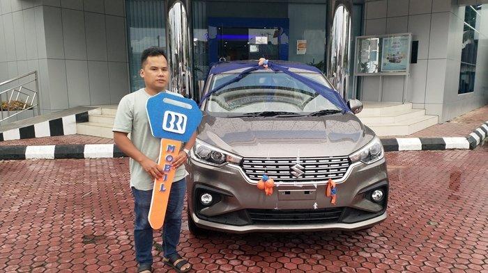 Sebuah mobil Suzuki Ertiga hasil undian BRI Simpedes kini telah diserahkan kepada Saipullah (36) warga Paslaten Satu lingkungan 5 Tomohon Timur