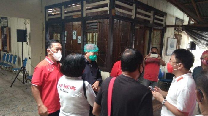 Calon Wali Kota Manado, Andrei Angouw saat melakukan peresmian Posko Relawan Sahabat ODSK dan AARS di Lorong Pencak Manado