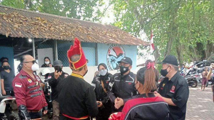Ketua FKPT Aceh Dr. Kamaruzaman Bustamam Ahmad dan istri saat disambut secara adat