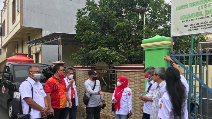 Pengurus FKDM Kota Manado sedang bersiap melakukan penyemprotan disinfektan di tempat ibadah