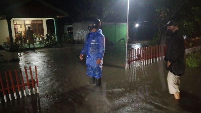 60 Rumah di Bolangat Sulut Kebanjiran, Anggota TNI Bantu Warga Bersihkan Rumah dan Jalan