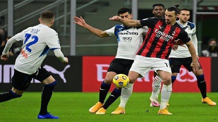 Penyerang asal Swedia AC Milan Zlatan Ibrahimovic (kanan) dan bek Argentina Atalanta Cristian Romero (tengah) mengejar bola selama pertandingan sepak bola Serie A Italia AC Milan vs Atalanta Bergamo pada 23 Januari 2021 di stadion San Siro di Milan.