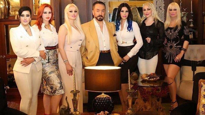 Adnan Oktar alias <a href='https://manado.tribunnews.com/tag/harun-yahya' title='HarunYahya'>HarunYahya</a> bersama para wanitanya