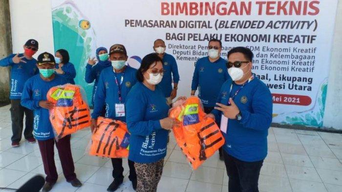 Adriana Dondokambey Bersama Pelaku Ekraf Bersih-bersih Pantai Likupang