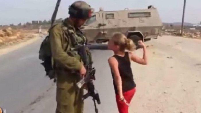 Ahed Tamimi yang gemar berhadap-hadapan dengan tentara Israel bersenjata lengkap