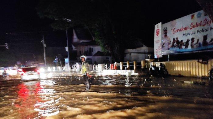 Air meluap, menggenangi Jalan Bethesda di depan Mapolda Sulut