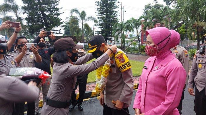 AKBP Indra Pramana H SIK Kapolres Bitung yang baru tiba di Mapolres Bitung bersama istri tercinta.
