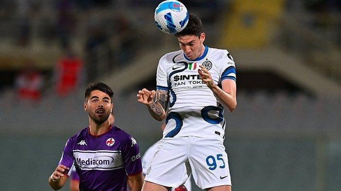 Aksi Alessandro Bastoni pada pertandingan Liga Italia antara Fiorentina vs Inter Milan yang digelar di Stadion Artemio Franchi, Rabu (22/9/2021).
