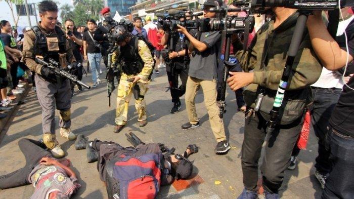 aksi-baim-wong-sebagai-tentara-untuk-menumpas-serangan-para-zombie-di-car-free-day-w627.jpg