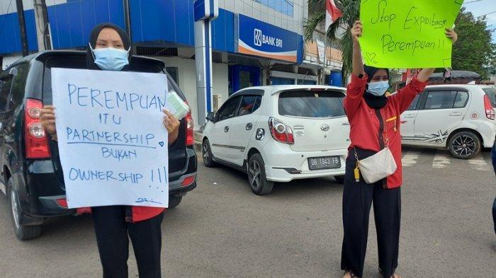 aksi damai Aliansi Perempuan Bitung Bersuara di pusat kota Bitung